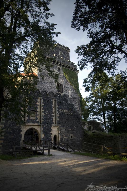 Zamek Grodziec. Pokonując krętą drogę do zamku nie można ocenić jego rozmiarów. A te... są słuszne.